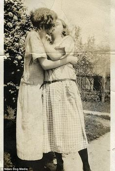 Vintage LGBT – Adorable Photographs of Lesbian Couples in the Past That Make You Always Believe in Love Lesbian Love, Vintage Lesbian, Vintage Couples, Vintage Love, Lesbian Couples, Vintage Woman, Lesbian Pride, Vintage Pictures, Vintage Images