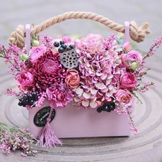 Flowers bouquet box pink 40 Ideas for 2019 Diy Flower Boxes, Flower Box Gift, Bouquet Box, Bouquet Flowers, Luxury Flowers, How To Preserve Flowers, Floral Bouquets, Amazing Flowers, Flower Crafts