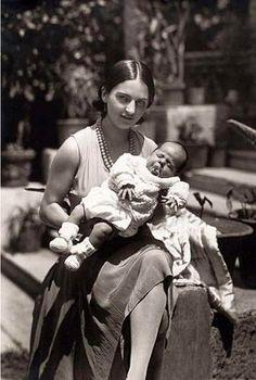 Cristina, hermana de Frida, con su hijo.