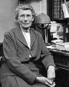 Inge Lehmann (1888 – 1993) fue una sismóloga danesa primera en postular que el núcleo interno de la Tierra está dividido en dos partes: una esfera interna sólida y una capa de consistencia líquida que envuelve a la anterior. La descripción de esta nueva discontinuidad sísmica en la estructura de la Tierra  se conoce como la discontinuidad de Lehmann en su honor. #DíaMujeryCiencia