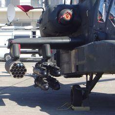 Cohetes Hydra 70 y misiles AGM-114 Hellfire montados en un helicóptero Apache.