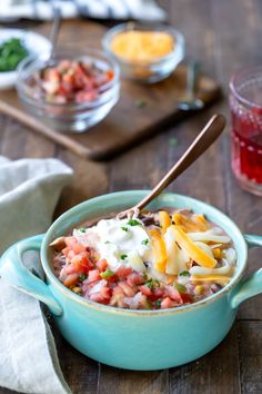 Bowl of slow cooker chicken enchilada chili next to dishes of pico de gallo, cheese, and cilantro Crock Pot Slow Cooker, Slow Cooker Chicken, Slow Cooker Recipes, Crockpot Recipes, Chili Recipes, Lunch Recipes, Soup Recipes, Healthy Recipes, Yummy Recipes