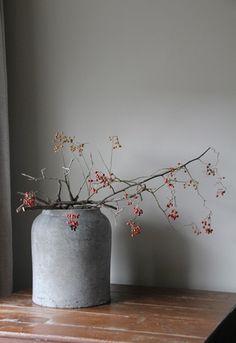 Finns något vackrare än en enkel kvist i en lika så enkel vas?