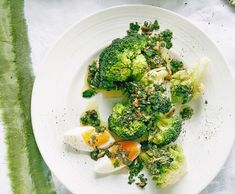 Lauwarmer Broccoli-Romanesco-Salat mit Ei