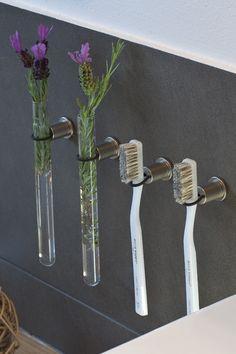 Para el cepillo de dientes y otros... Wall Mounted Toothbrush Holder, Toothbrush Storage, Toothbrush Holders, Bathroom Styling, Bathroom Interior Design, Japanese Style Bathroom, Van Living, General Crafts, Bathroom Organisation