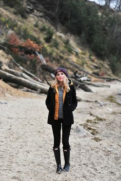 Feel and look good within the great outdoors using these stylish and comfortable trekking outfitideas for girls. Hunter Boots Outfit, Black Leggings Outfit, Jeans Leggings, Trekking Outfit, Cosy Outfit, Fall Outfits, Cute Outfits, Outfit Invierno, Hiking Fashion
