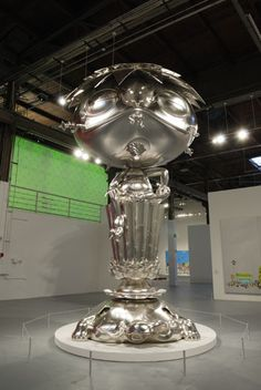 Oval Buddha  Takashi Murakami  2007  Aluminum, platinum leaf  5680 x 3190 x 3100 mm  Courtesy Blum & Poe, Los Angeles