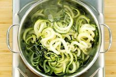 Die Zucchinispaghetti blanchieren