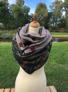 This scarf shawl is in multiple ways to wear. Army/Beige and a wooden string closureSizes are approximately 150 cm from the largest side, about 100 cm to the point and about 80 cm high Sewing Ideas, Beige, Women's Fashion, How To Wear, Baby, Clothes, La Mode, Outfit, Kleding