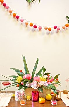 I love this bright, cheery centerpiece and garland! | Party decor ••
