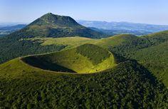 Auvergne sauvage : Composée de quelques 80 volcans, la Chaine des Puys s'étire sur 45 kilomètres au nord du Massif Central. Point culminant des monts Dôme, le Puy de Dôme domine largement la chaine avec ses 1 465 mètres d'altitude. Non loin, le Puy de Côme se reconnait à ses deux cratères emboités. ©  hanphosiri - Fotolia.com