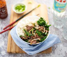 Snelle maaltijd: biefstuk uit de wok met groenten. Binnen 20 minuten op tafel. Lekker, makkelijk & gezond. Snack Recipes, Cooking Recipes, Snacks, Sushi Bowl, Asian Recipes, Ethnic Recipes, Meat Lovers, No Cook Meals, Cooking Time