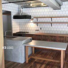 2018.02.04 造作キッチン。 モルタル×タイル×木  ベストな組み合わせで* すぐ横にはパントリーで冷蔵庫を見せないスタイル。 お野菜切る時間とお皿洗う時間が長い為シンク側をリビングに向け、会話しながら作業が出来ます* 少し大きめなお子さんがいて生活スタイルが決まってるからこその配置。 ・ ・ #造作キッチン #ハコリノベ#リノベーション #マンションリノベーション#ハコリノベ#リノベ#renovation  #hacorenove#中古マンション #モルタルキッチン#モルタル左官 #タイル#アカシア無垢#ラワン合板 Updated Kitchen, Open Kitchen, Restaurant Kitchen Design, Cafe Design, House Design, Commercial Kitchen, Kitchen Shelves, Kitchen Interior, Home Kitchens
