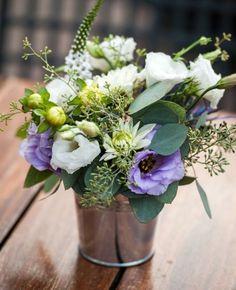 déco de table pour mariage vintage: bouquet dans un seau métallique
