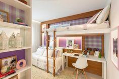 Os módulos cheios e vazios nas paredes chamam a atenção neste quarto para duas irmãs adolescentes projetado por Débora Dalanezi e Marcello Sesso. Os nichos ganharam quadros, assim confundem o limite da parede atrás das camas. Tons de lilás e verde predominam no ambiente.