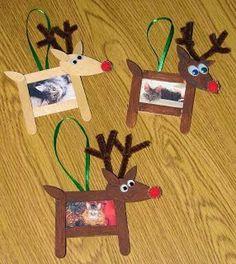 Manualidades navideñas con rollos de papel Muñecos de nieve En la imagen vemos una idea sencilla pero encantadora: pintando los rollos con témpera blanca ya tenemos la base para estos muñecos de ni…