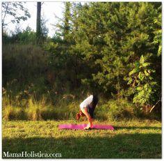 "Holistic Thursday: Postura de Yoga ""Flexión hacia Adelante"" o Uttanasana #YogaMom"