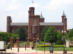 """Castillo Smithsonian: edificio donde funciona la Smithsonian Institution, apodado """"el castillo"""".  Fue designado Monumento Histórico Nacional en 1965."""