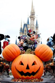 Halloween @ Walt Disney World Disney World Halloween, Disneyland Halloween, Casa Halloween, Tokyo Disneyland, Halloween Party, Happy Halloween, Disney Style, Disney Love, Disney Magic