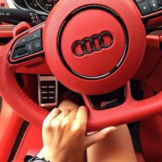 Quem disse que mulher não gosta de carros?