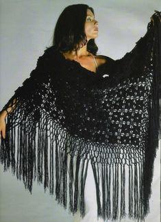 Черная ажурная шаль крючком с бахромой