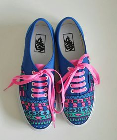 Listo para envio de zapatillas Vans zapatos por HarlequinByCoRina Custom Painted Shoes, Hand Painted Shoes, Custom Shoes, Diy Converse, Sharpie Shoes, Shoe Refashion, Painted Sneakers, Shoe Crafts, Shoe Art