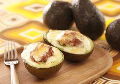 アボカドにチーズを乗せてトースターで焼くだけの簡単レシピ。濃厚なアボカドとチーズのコラボが、たまらない逸品です。