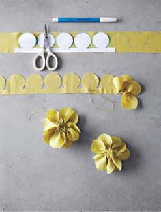 Pretty fabric flowers diy: Freshly cut flowers are always nice -- but fabric flowers can be cherished for years to come. Fabric Crafts, Sewing Crafts, Sewing Projects, Paper Crafts, Felt Flowers, Diy Flowers, Paper Flowers, Flower Diy, Make Fabric Flowers