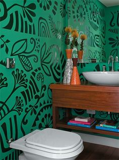 Wallpaper with big contrast and big draws. I can do that with painting or stencils made by me...