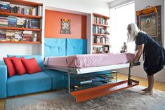 Here's another amazing multipurpose wall bed by Resource Furniture. It's a Murphy bed with couch, coffee table, and storage shelf. In the down position, it fits neatly over the Como Basso, a tempered glass coffee table on casters. Murphy Bed Couch, Best Murphy Bed, Murphy Bed Plans, Sofa Bed, Home Design, Bed Shelves, Shelf, Bedroom Shelves, Modern Murphy Beds