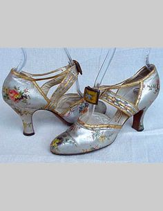 These shoes would look great with my navy blue Ursula of Switzerland formal - Metallic Floral Shoes - Vintage Outfits, Vintage Dresses, Vintage Clothing, 1930s Fashion, Vintage Fashion, Victorian Fashion, Ropa Shabby Chic, 1930s Shoes, Vintage Accessoires