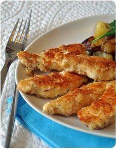 Aiguillettes de poulet panées au parmesan 600 g de blancs de poulet, 1 oeuf, 10 cl de lait, 50 g de chapelure, 100 g de parmesan râpé, 50 g de farine, quelques branches de thym, une noix de beurre