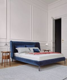 The upholstered headboard of the Desdemone Bed by Ligne Roset is evocative of a shell: it is an invitation to read, to watch TV or even write. Ligne Roset, Retro Home Decor, Luxury Home Decor, Cheap Home Decor, Furniture Plans, Furniture Design, Furniture Online, Home Interior, Interior Design