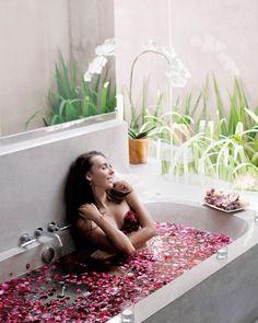 Umasapna bathtub experience 🛀🏽 to be honest, always wanted to make a shot in a flower bath 🙌🏻 It was finally the time! 🌺 How many hours do you think I spent here? 😂🙈 📸 @whereisnikita 📷 @whatsthehelen ⛳ @umasapna #umasapna #privatevilla #seminyak #flower #recommendedplace #besthospitality #summer2017 #holiday #throwback #helpfulteam #seminyakbali #baliindonesia #thebalibible #balilife #bali #villalife #balidaily #travelchoise #instadaily #likeforlike #followforfollow…