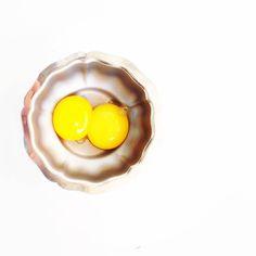 La belleza de unas simples yemas de huevo. Éstas se fueron para una crema pastelera.  Día más frío de lo normal . Excusa ideal para que te den y dar un abrazo . A tope! Que luego nos quejaremos del calor . Sed felices!  #yema #yemas #labellezadelosimple #huevos #eggs #muypinterest #malvaviscoshare #eggsyolk #eggyolk #amarillo #yellow #belleza #simple #simplicity #beautiful #onthetable #foodie #yemadehuevo #yemasdehuevo #foodstyle #gastroart #gastrovictim #midiasdeinvierno #planocenital…