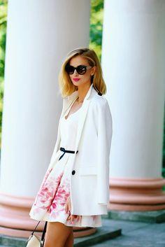 Elegancka okolicznościowa sukienka w duże kwiatowe wzory + oversizowa marynarka = miejski szyk