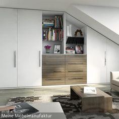 Ein moderner Einbauschrank in der Dachschräge nutzt optimal den Raum aus und bietet mit Regalbrettern Platz für Bücher und Deko. Die Weißtöne machen das  …