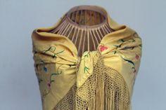 Mantoncillo amarillo bordado en colores