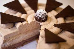 Tarta de mocka y chocolate negro. Bizcocho blanco relleno de trufa negra y mocka, decorada con chocolate negro.