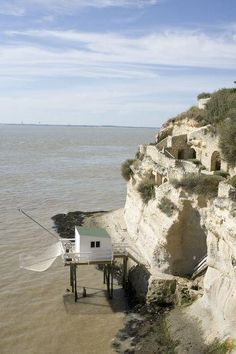 Meschers-sur-Gironde is located between Royan and Talmont on the western coast of France, in the Charente-Maritime department, on the northern edge of the Gironde estuary. The section of coast here is known as the 'Cote de Beauté'.