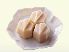 鶴小芋   鶴の飾り切りをした里芋の煮しめです。味がしみた里芋は味もまた格別のおいしさ!しょうゆを控えめに、ごく白く仕上げます。