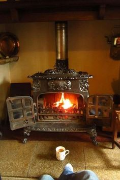 Wood Burning Stoves (it's like fireplace! Alter Herd, Old Stove, Antique Stove, Vintage Stoves, Deco Originale, Stove Fireplace, Cozy Fireplace, Light My Fire, Wood Burner
