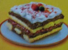 Receita de Pavê de Sorvete e Frutas Vermelhas - Purê de Frutas Vermelhas:, 1/2 xícara (chá) de amora congelada (60g), 1/2 xícara (chá) de framboesa congelada (55g), 1/2 xícara (chá) de água, Recheio:, 600g de sorvete de chocolate, Cobertura (marshmallow):, 9 colheres (sopa) de açúcar, 4 colheres (sopa) de água, 2 claras, Montagem:, 1 pacote de biscoito champanhe (150g), 1/2 xícara (chá) de leite