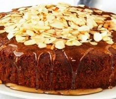 Almond Cake: This moist cake is topped with an almond toffee to turn it into something really special. Cake Recipes From Scratch, Easy Cake Recipes, Baking Recipes, Dessert Recipes, Murcia, Kiwi Recipes, Almond Toffee, Salted Chocolate, Moist Cakes