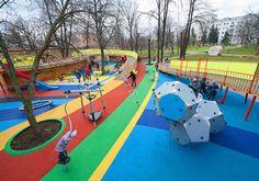 Par Wowhaus, une aire de jeu lumineuse àaccessibilité universelle au jardin de Bauman à Moscou en Russie. Cette cour a étéréalisée à partir de matériaux