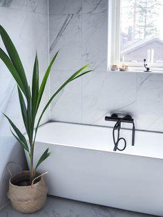 Sakte men sikkert nærmer det seg et bad Tadelakt, Clawfoot Bathtub, Plant Decor, Interior Styling, Interior And Exterior, Indoor, Living Room, Bathroom Designs, Bathroom Ideas