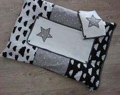 Housse matelas à langer nuages et étoiles noir et blanc - Un grand marché Diaper Bag, Baby Sewing, Diaper Bags, Mothers Bag