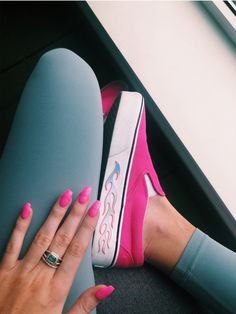 hot pink shoes with matching nails, bad ass vibes Pink Shoes Outfit, Tennis Shoes Outfit, Stylish Summer Outfits, Outfit Summer, Summer Shorts, Vanz, Pink Vans, Aesthetic Shoes, Hype Shoes