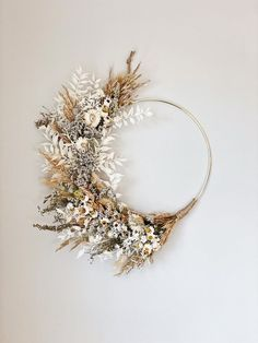 Dried Flower Wreaths, Dried Flowers, Floral Wreaths, List Of Flowers, Dried Flower Arrangements, Fall Arrangements, Modern Wreath, Vides, Floral Hoops