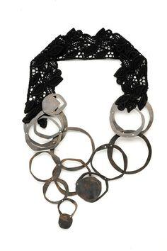 Collana Coming Undone - Anna Helena Van De Pol De Deus - Brasile - Realizzata in ottone, argento, filo di seta e tessuto vintage